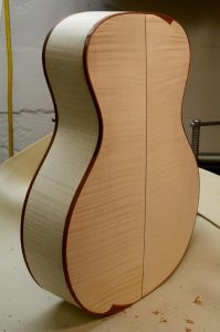 The sugar maple body has a nice crisp outline in hormigo.